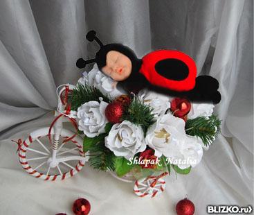 buket-tsveti-bozhya-korovka-gortenziya-golubaya-svadebniy-buket